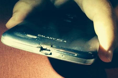 سوختن گوشی گلکسی اس 4 و تعویض رایگان با HTC وان ام 8