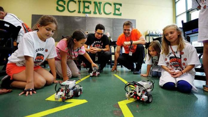گروه کامپیوتری به دانش آموزان جذابیت های تکنولوژی را اموزش می دهند