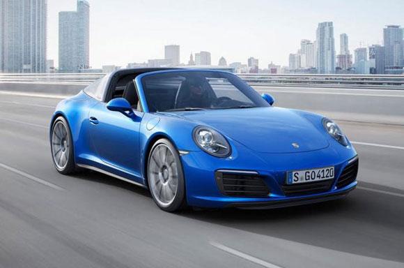 پورشه به تازگی مدل های جدیدی را از خودرو 911 معرفی کرده است. پورشه در آخرین اقدام خود دو خودرو جدید را معرفی نمود. این خودرو ها از کاررا و تارگا بودند. که شامل پورشه 911 کاررا 4 و پورشه 911 تارگا 4 میشود.  در مجموع پنج مدل از این خودرو ها وجود خواهد داشت که در هرکدام در بخش هایی متفاوت هستند. از پورشه های جدید ، 911 کاررا 4 ، 911 کاررا 4S که هر دو اینها در مدل کوپه و کانورتیبل وجود خواهند داشت همچنین 911 تارگا 4 در به همراه آنها عرضه خواهد شد.  پورشه 911 کاررا 4 و تارگا 4 معرفی شدندپورشه 911 کاررا 4 و همچنین تارگا 4 با یک موتور 3 لیتری بی توربو ارائه شده اند که توانایی تولید 370 اسب بخار را دارند. اما در نسخه ی کاررا 4S این قدرت به 420 اسب بخار رسیده است.   گفتیم که در نسخه ی S توان موتور افزایش 50 اسب بخاری داشته  و به 420 اسب بخار رسیده است . این افزایش توان موتور در مدل S از ترکیب توربو شارژر و کمپرسور اصلاح شده به عمل میاید. در این نسخه جدا از توان موتوری بیشتر ، مدیریت موتور به روز شده و همچنین یک سیستم اگزوز جدید برای آن در نظر گرفته شده است تا تفاوت اسپورت بین مدل S و مدل های استاندارد بیشتر به چشم بیاید. همه ی مدل ها الکترو هیدرولیکی و چهار چرخ فعال هستند.  توانایی ها :  پورشه 911 کاررا 4 - 370 اسب بخار - صفر تا صد در 4.1 ثاینه  پورشه 911 کاررا 4 اس - 420 اسب بخار- صفر تا صد 3.8 ثاینه  پورشه 911 تارگا 4 - 370 اسب بخار - 4.0 ثاینه  سه خودرو ذکر شده هم اکنون معرفی شده اند . برای اطلاعات بیشتر میتوانید به این لینک مراجعه کنید.