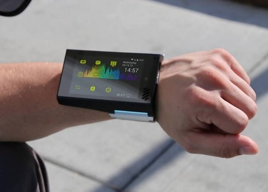 ساعت هوشمند ، این بار در قد و قواره یک گوشی واقعی