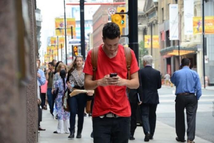 حواس پرتی با گوشی هنگام راه رفتن