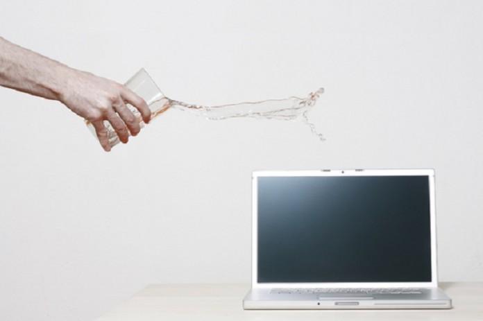 نکاتی مهم پس از ریخته شدن مایعات بر روی لپ تاپ