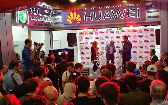 قرعهکشی هواوی برای خریداران بازار موبایل تهران برگزار شد