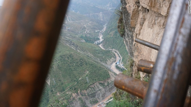 161026102728-china-cliff-ladder-2-exlarge-169