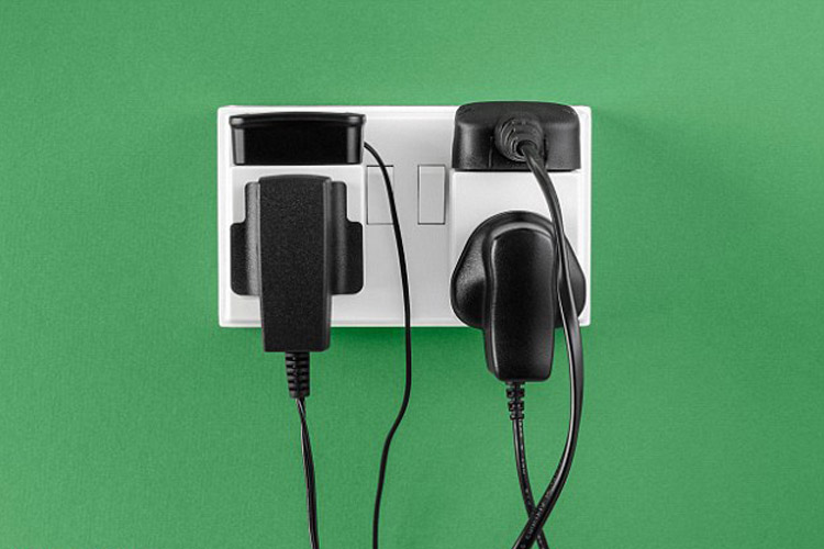 استفاده از پریز برق برای شارژ گوشی